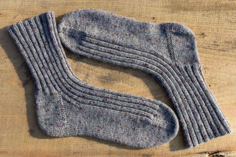 носки в подарок, шапка мужская, серые носки