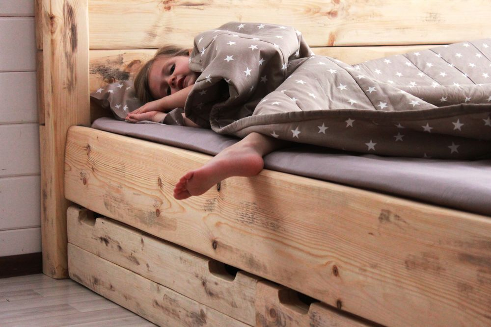 большая кровать, интерьер спальни, спальня рустик, кровать из массива