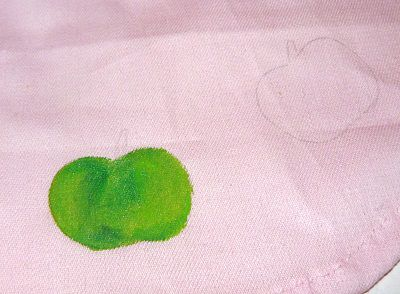 Первый раз покрываем ткань краской