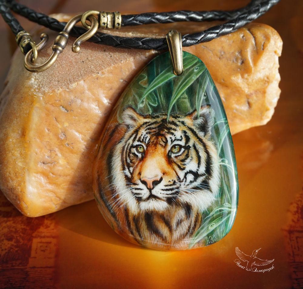 черный красный коричневый, оранжевый зеленый желтый, кулон кошка кот тигр, кулон для мужчин, необычный подарок мужчине, подарок девушке женщине, лаковая миниатюра роспись, лаковая миниатюра кулон, кулоны подвески камнями, кулон с камнем миниатюра, кулон в подарок женщине, роспись на камнях кулон, роспись по камню кулоны, кулон с росписью, кулоны и подвески роспись, кулоны из камней купить, купить кулон женский, кулон купить кулон кулон, подарок на день рождения