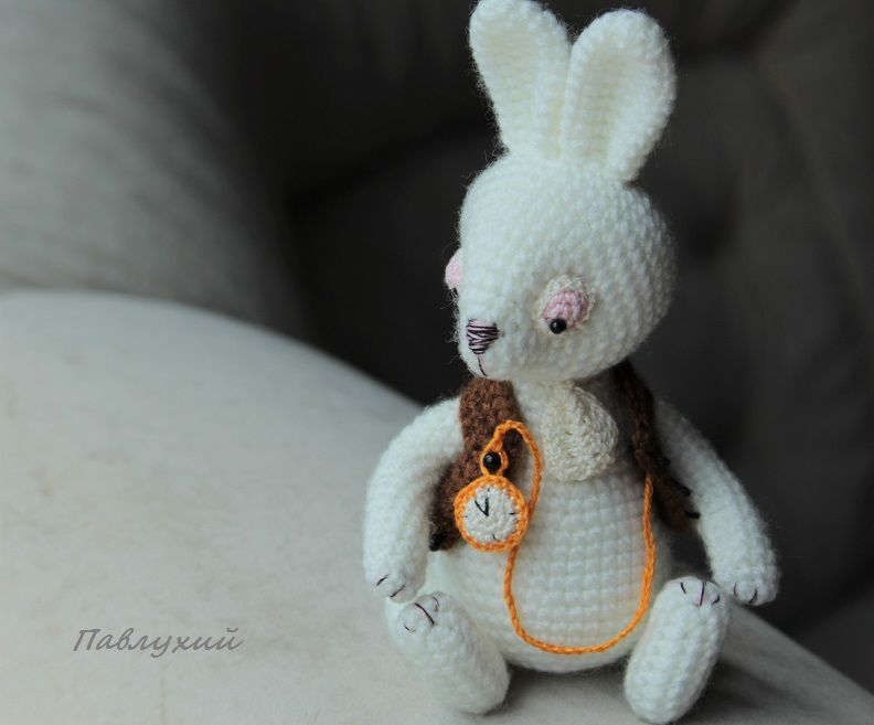 белый кролик, павлухий, кролик, кролик игрушка, магазин игрушек, белый кролик ирушка, кролик вязаный, игрушка из сказки, сказка льюиса керролла, сказочный кролик