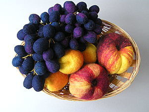 How to Create a Bunch of Grapes in the Technique of Dry Felting. Livemaster - handmade