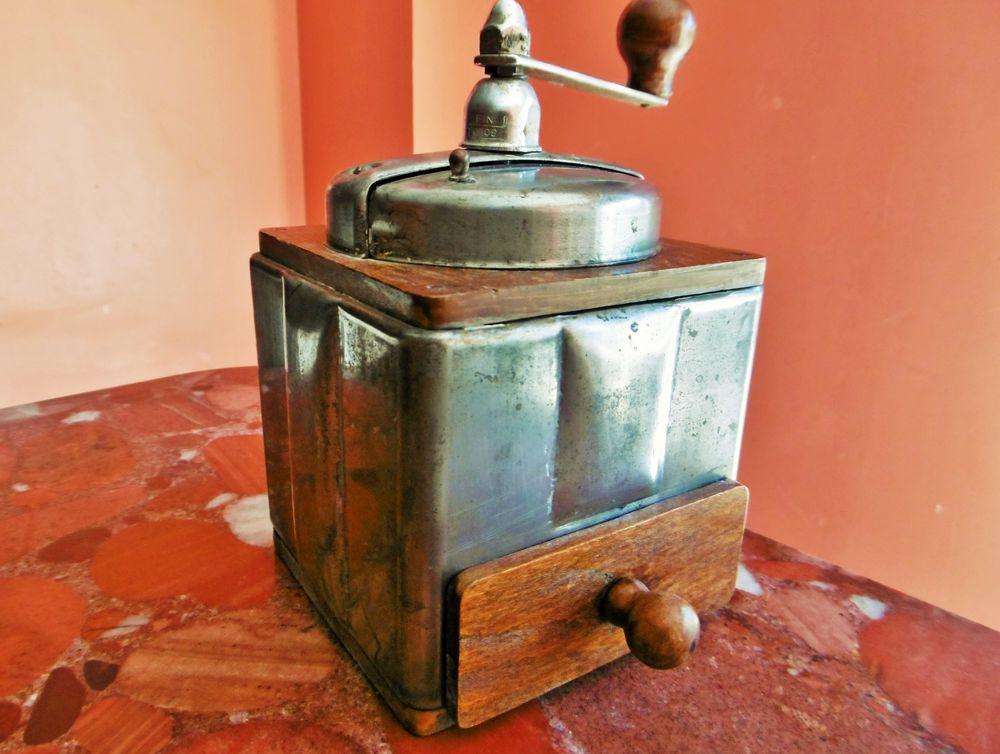 антикварная кофемолка, кофемолка в магазине