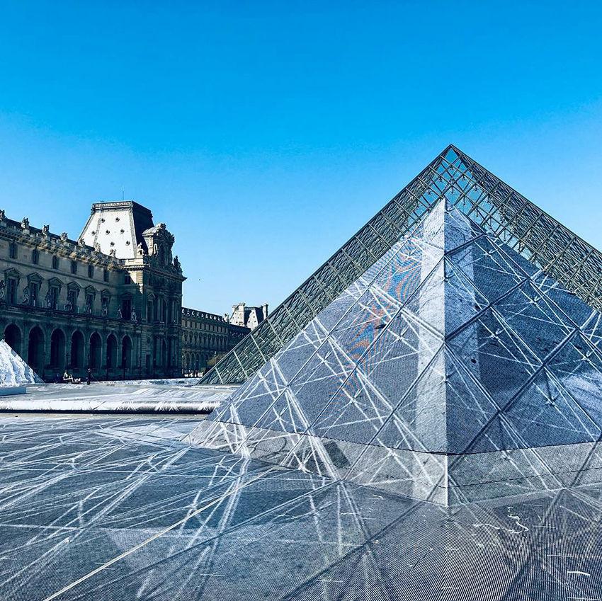 Грандиозная оптическая иллюзия у Лувра уничтожена спустя несколько часов после открытия