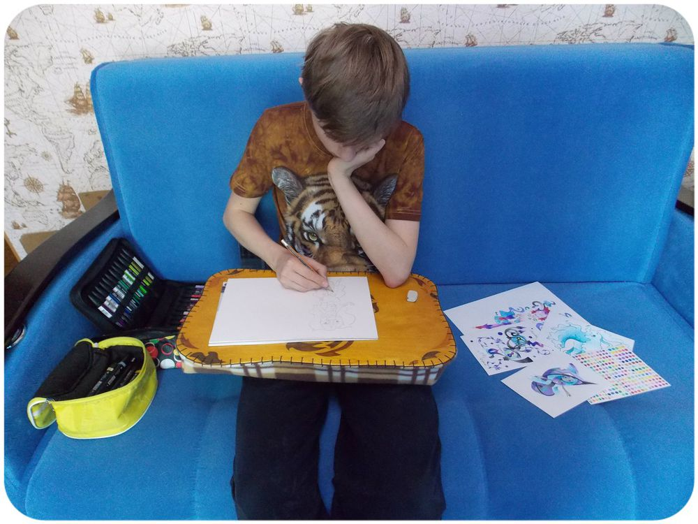 vzbrelo, столик, столик на подушке, художник, друзья