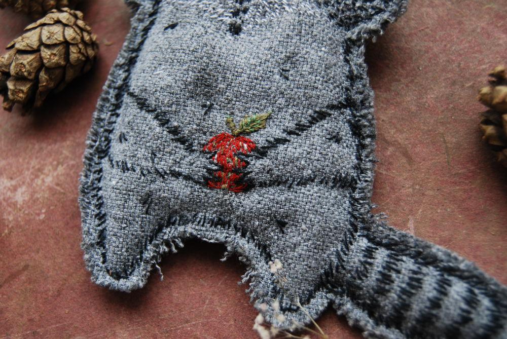 енот, текстильная брошь, натуральные материалы, украшения ручной работы, брошь ручной работы