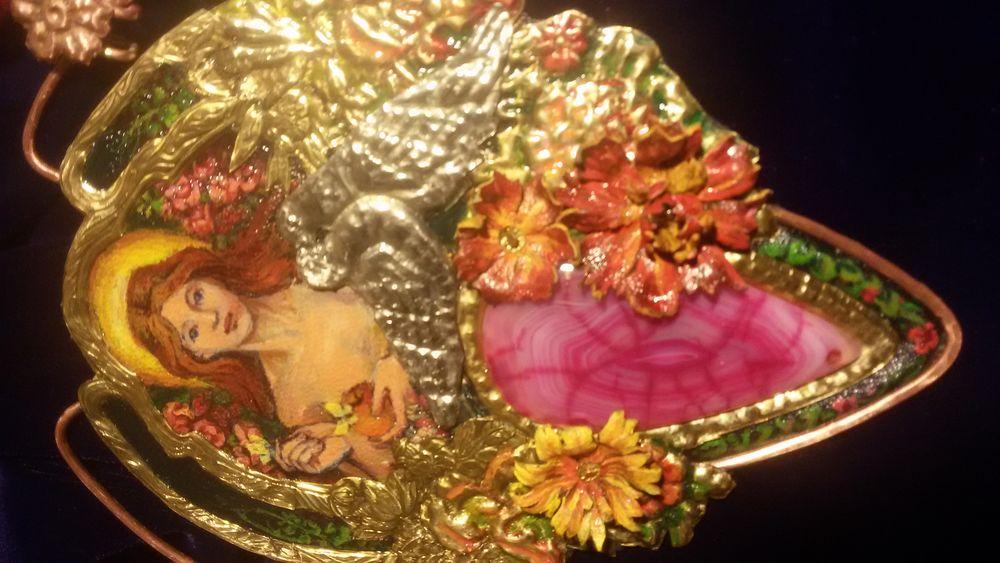 кулон с камнем, кожаные цветы