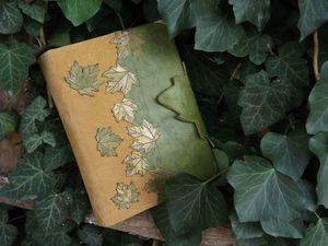 Телефонная книга крымского июля . Состаренная линованная бумага с вырезанной