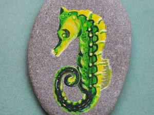 Рисуем яркого морского конька акриловыми красками на камне. Ярмарка Мастеров - ручная работа, handmade.