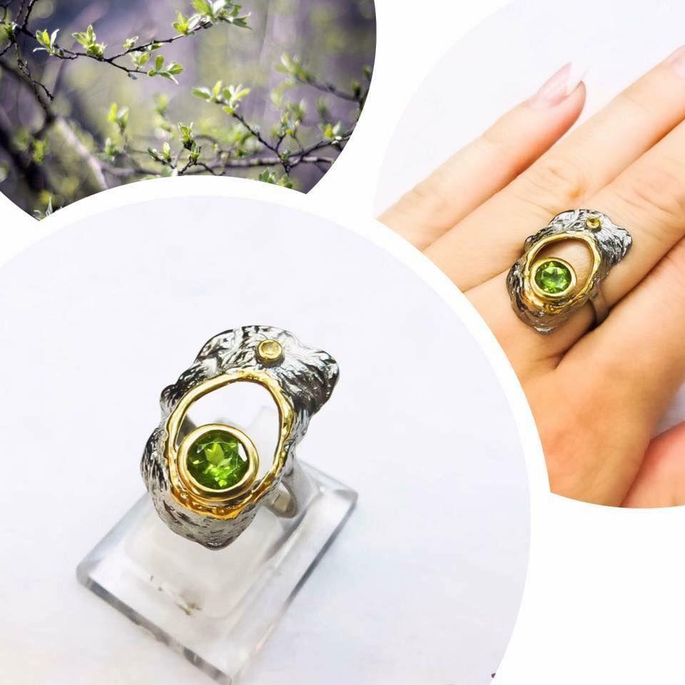 Позолоченное кольцо с натуральным хризолитом.