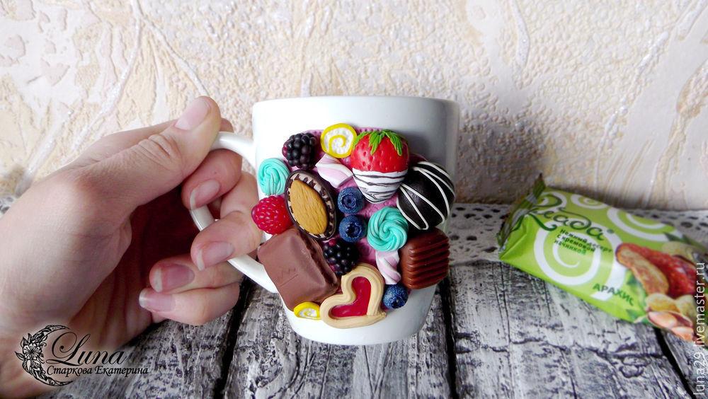 полимерная глина, декор посуды, декор полимерной глиной, кружка, чашка, декор кружки, ягоды из полимерной глины, сладости из пластики, конфеты из пластики, клубника, малина, ежевика, черника, шоколадка