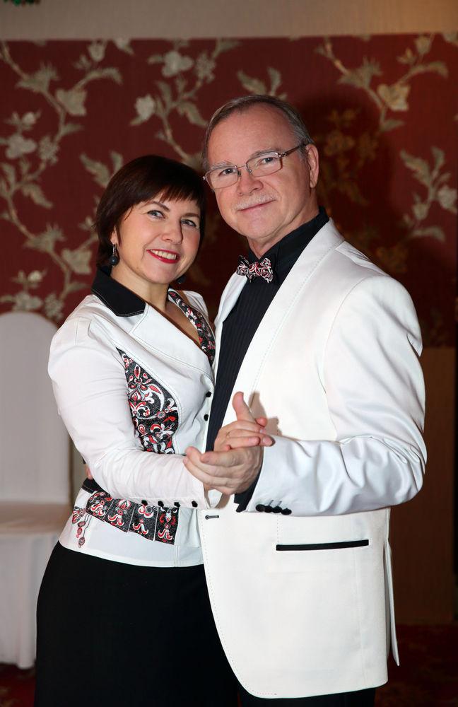 петух, белая блузка