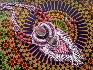 Аукцион на шикарный вышитый бисером кулон с яшмами и розовыми кварцами — закрыт. Ярмарка Мастеров - ручная работа, handmade.