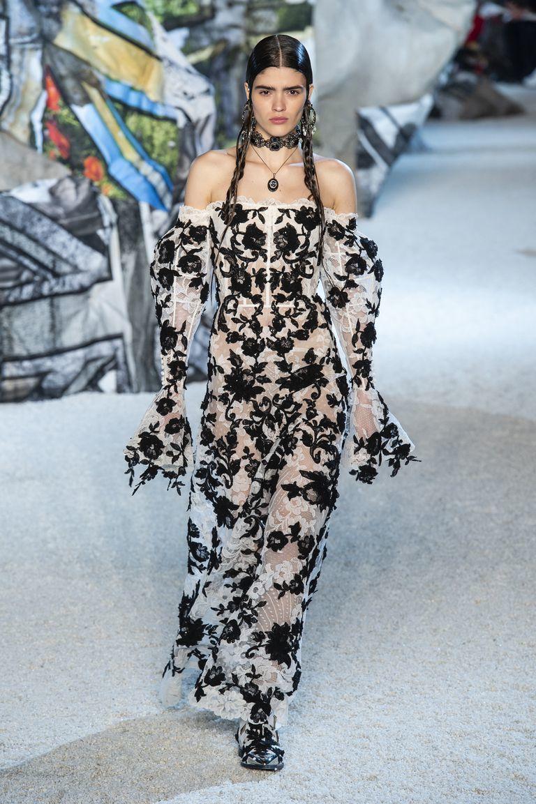 Бренд Alexander McQueen удивил зрителей образами непримиримых принцесс стимпанка и футуризма