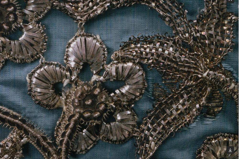 Изысканная вышивка битью на robe a la franсaise 1750 г. из Британии