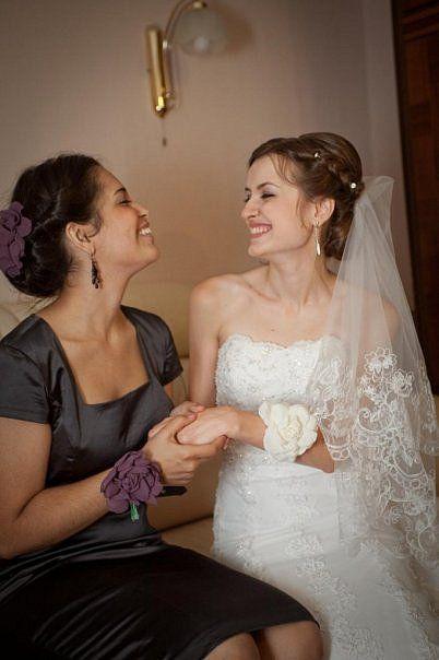 на невесте и подруге