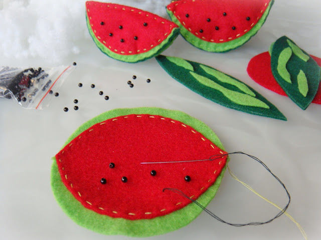 Creating a Funny Watermelon Brooch out of Felt, фото № 5