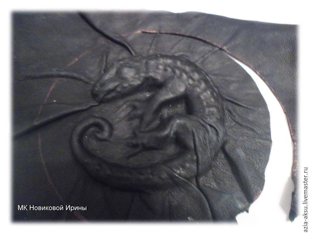 Шьем сумку из кожи с выпуклой фигуркой