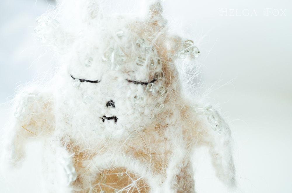 брошь, helga fox, spooky friends, север, холод, лед, любовь, странный, ловец снов, мистика, жуткий, монстр, чудовище, криповый, страшные игрушки, необычные броши, вязаные украшения, белый, коллекционные, брошь с бисером