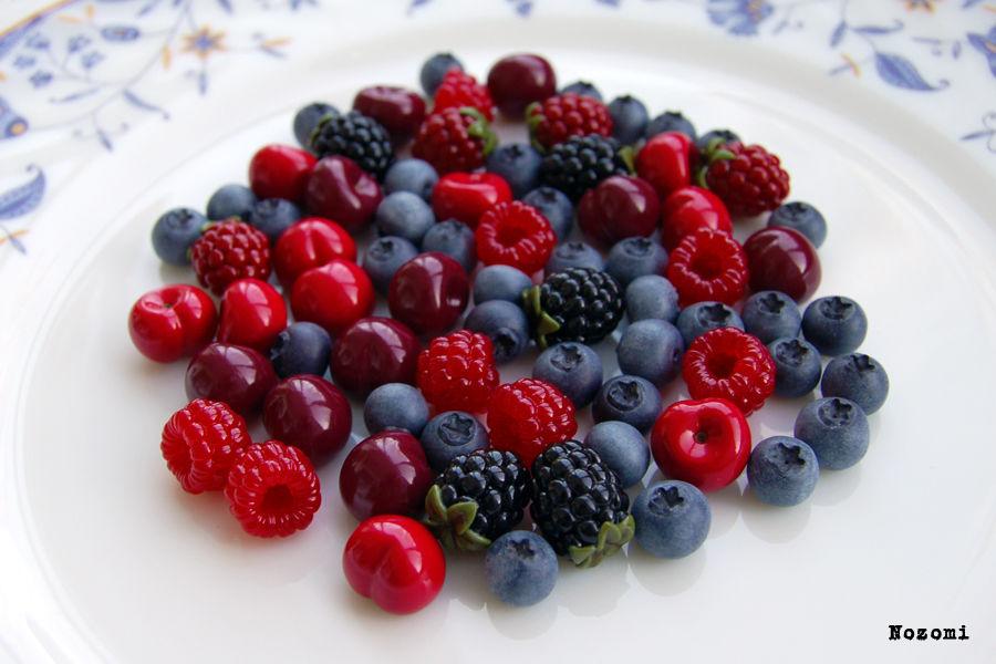 ягоды из полимерной глины, вкусняшки, чёрная смородина