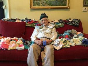 85-летний дедушка вяжет шапочки для недоношенных детей   Ярмарка Мастеров - ручная работа, handmade