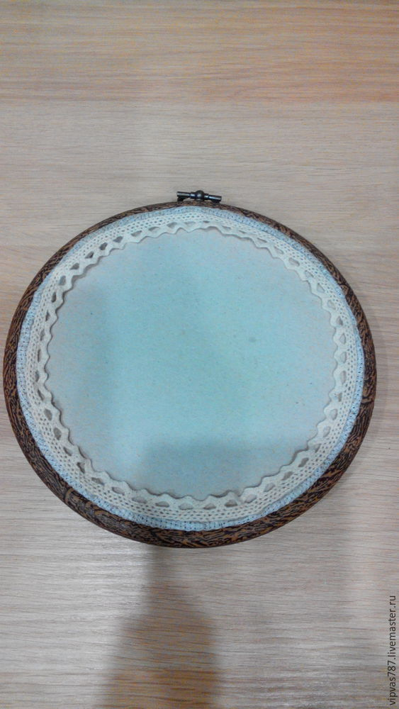 Embroidering Autumn Acorns in Wooden Hoop with Floss, фото № 18