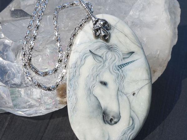 Кулон с росписью по камню