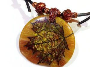 Солнечный свет – привет от золотой осени, колье — кулон в технике Лаковая миниатюра. Ярмарка Мастеров - ручная работа, handmade.