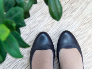 Аккуратно освобождаем туфли от лишнего декора. Ярмарка Мастеров - ручная работа, handmade.