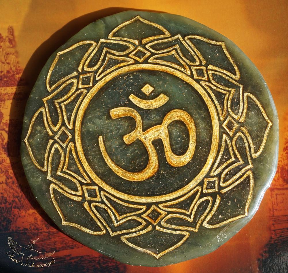лаковая миниатюра купить, миниатюра купить, миниатюрная живопись, в единственном экземпляре, подарок женщине на юбилей, будддизм будда знак ом, знак ом талисман золотой, духовность вера бог мир, черный красный золотой, подарок мужчине статуэтка