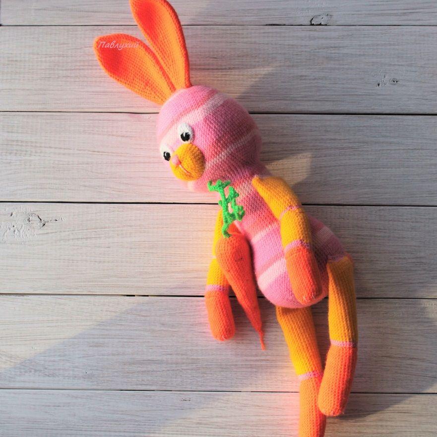 зайка игрушка, зайка с морковкой, вязанная зайка, в магазине игрушек, вязальный крюк, авторская работа, зайчиха крючком, зайчиха игрушка, зайка большая, зайка для ребенка