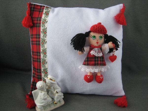 Скидка 15 % на декоративную подушку со съёмной куклой Милочкой в красно-белой гамме | Ярмарка Мастеров - ручная работа, handmade
