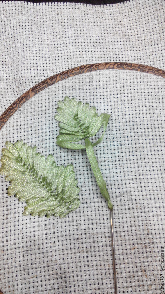 Embroidering Autumn Acorns in Wooden Hoop with Floss, фото № 4