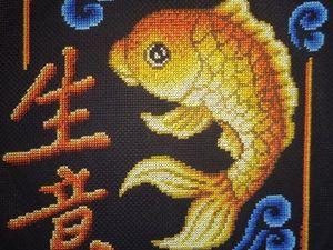Золотая рыбка - талисман удачи в бизнесе по фен-шуй, воплощенный в панно, вышитое крестом. Ярмарка Мастеров - ручная работа, handmade.