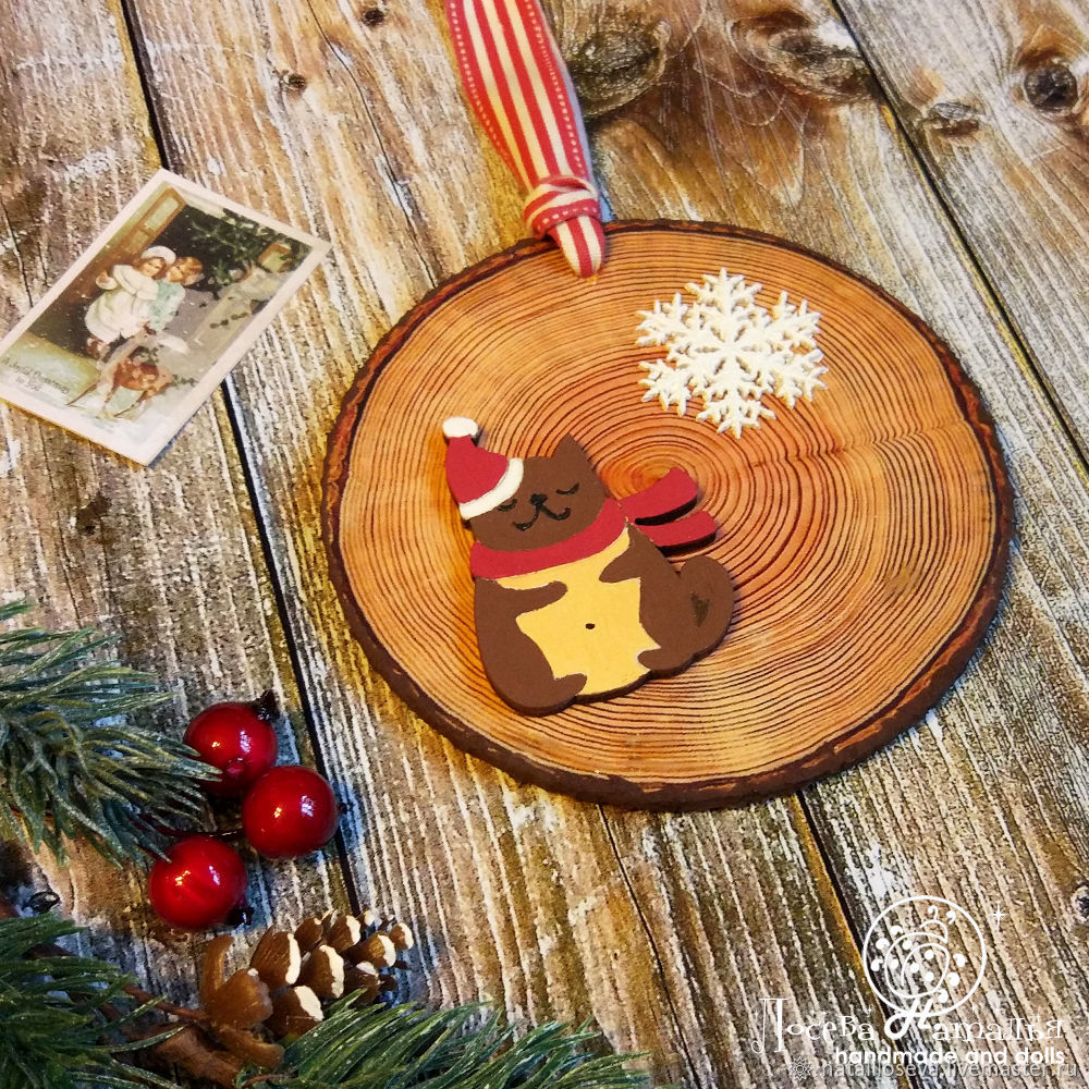The master class will teach how to make a Christmas decoration - a Christmas tree - in the technique of decoupage