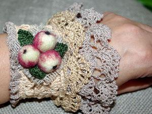 Создаем вязаный браслет, украшенный кружевом и яблоками в технике сухого валяния. Ярмарка Мастеров - ручная работа, handmade.