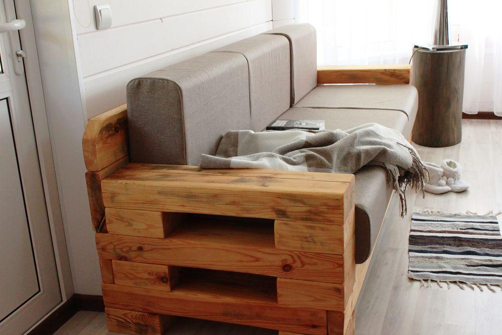 деревянный диван, интерьер дачи