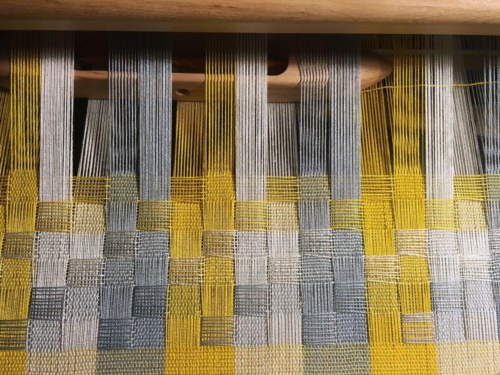 работа, жёлтый шарф