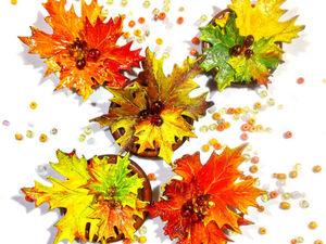 Золотая осень – «Кленовые листья» — брошь из натуральной кожи и бусин янтаря с лаковой росписью. Ярмарка Мастеров - ручная работа, handmade.