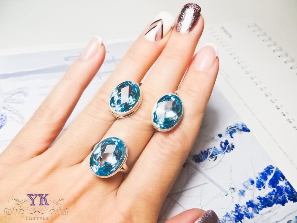 Натуральные камни в серебре.