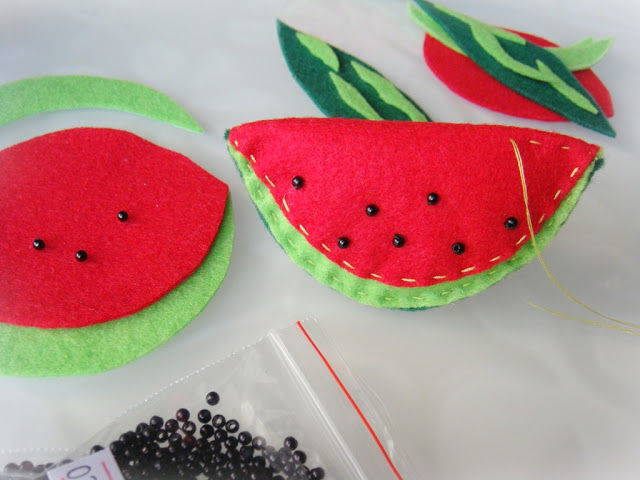 Creating a Funny Watermelon Brooch out of Felt, фото № 8