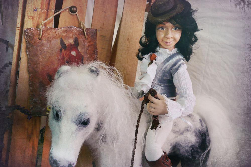 конь-серый в яблоках
