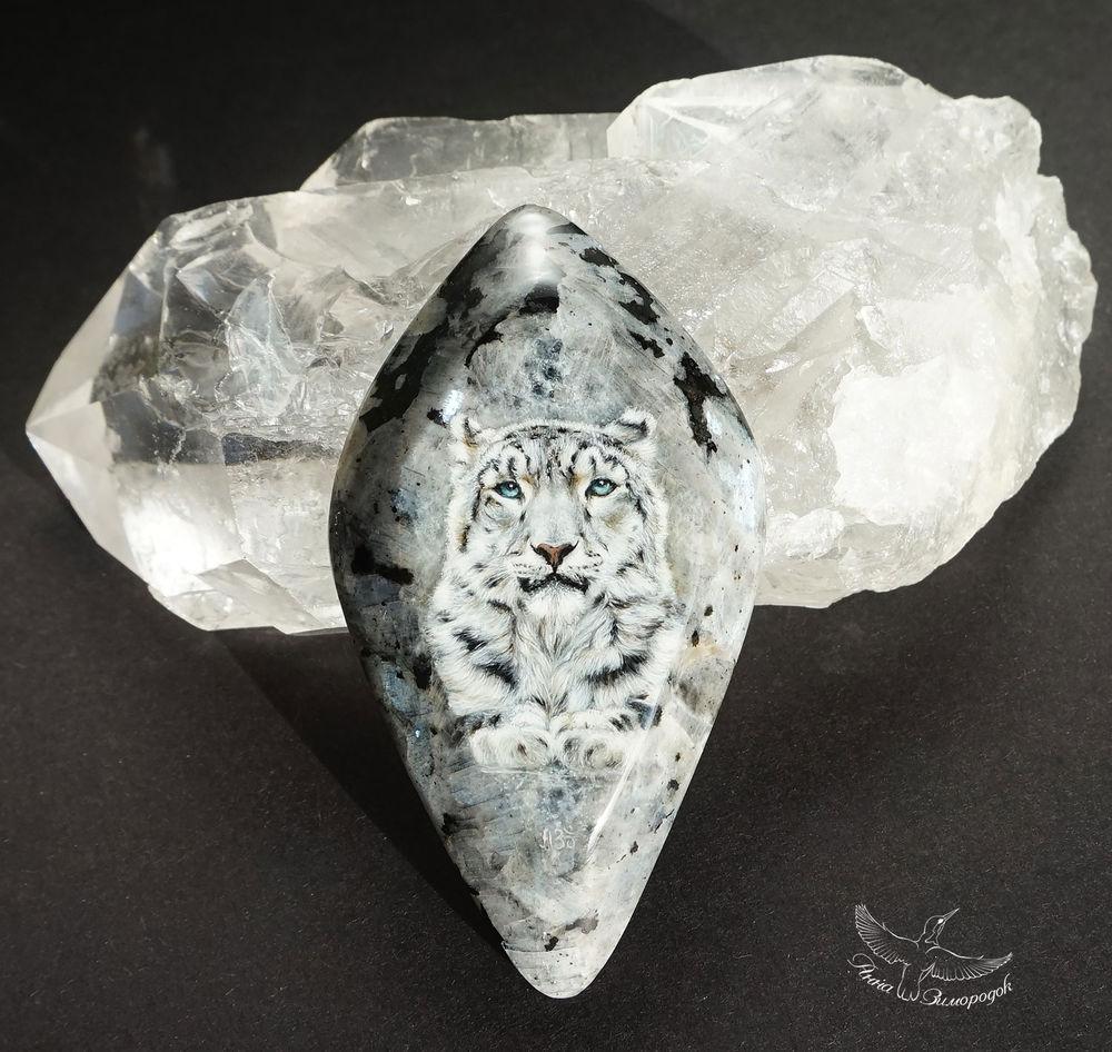 лаковая миниатюра роспись, роспись камней, рисунки на камнях, миниатюра купить, миниатюрная живопись, кабошон из натуральных, камни для украшений, черный белый серый, кот кошка снежный барс, лунный камень кабошон