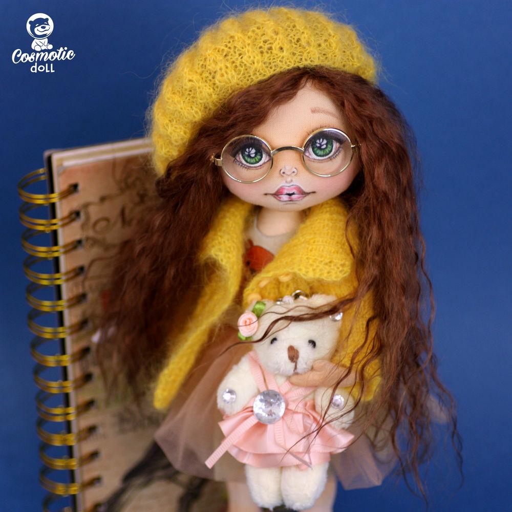 желтый, кукла в одежде