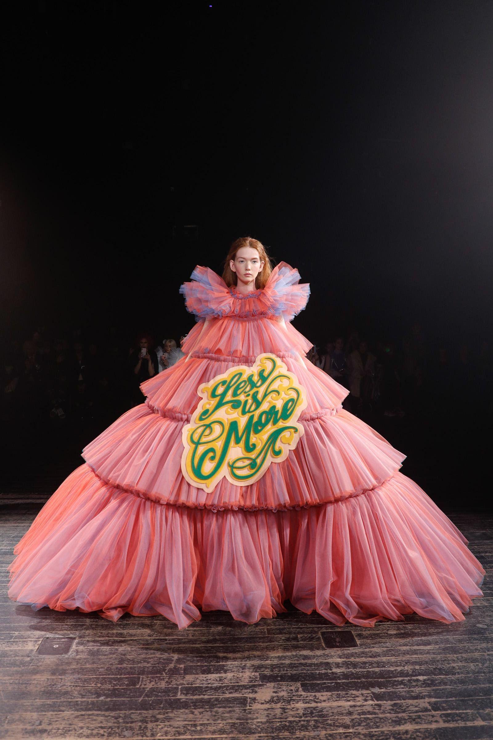 Ангельские платья с дерзкими слоганами: концептуальная коллекция весна-лето 2019 от Viktor & Rolf