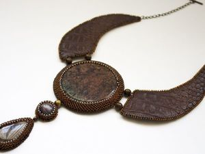 Аукцион на колье из бисера и натуральных камней