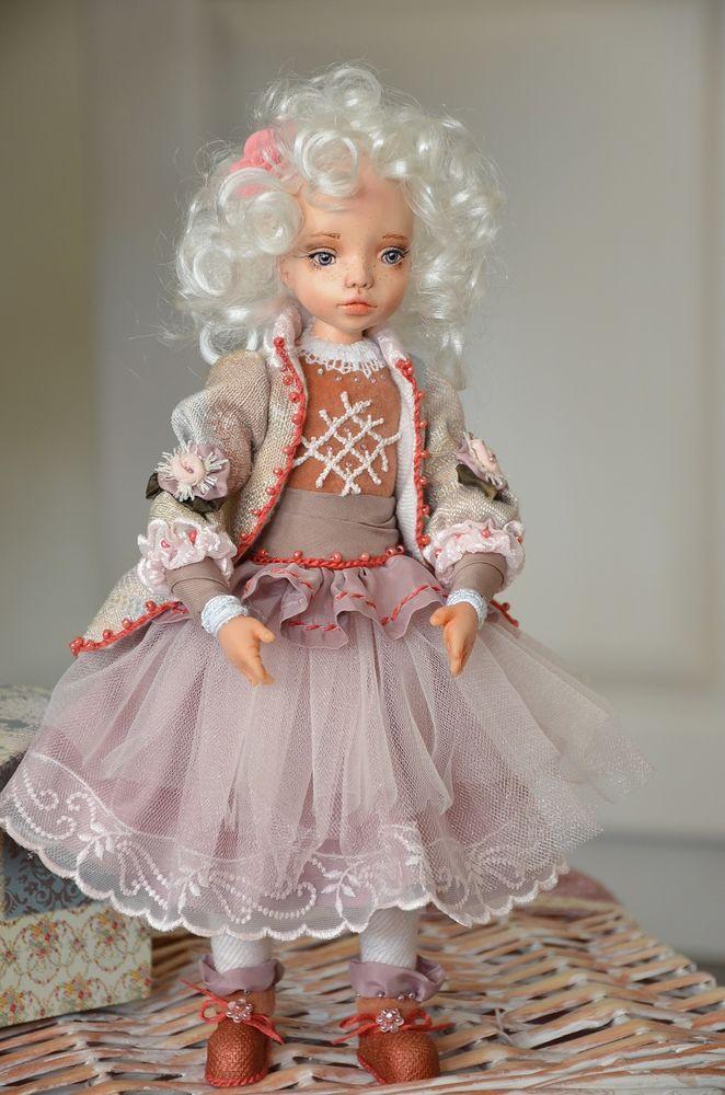 кукла в интерьре
