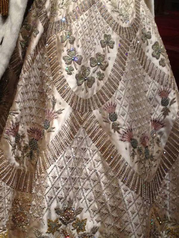 Вышивка на коронационном платье Елизаветы II