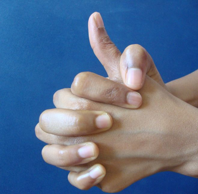 Третий вариант замыкания своего энергетического контура - соединяются большой и указательный пальцы одной руки с соответствующими пальцами другой руки, кончики оставшиеся три пальца либо накладываются друг на друга, либо