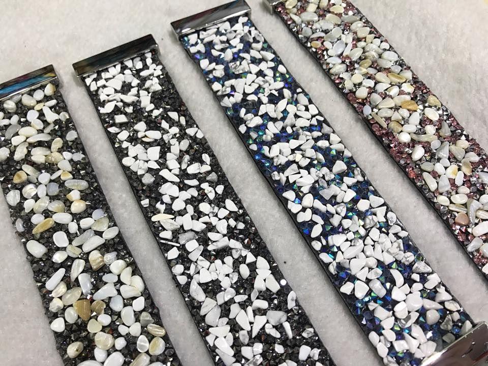Замшевые, широкие браслеты с каменной крошкой.
